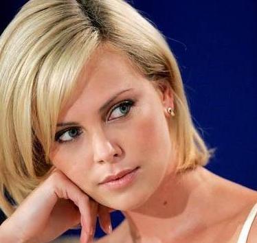 Charlize Theron 35 yaşında. Ama o da olduğundan daha genç görünüyor.