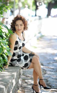 Aynı dizide Cemile rolünde izlediğimiz Ayça Bingöl gerçek hayatta canlandırdığı karakterden daha genç.