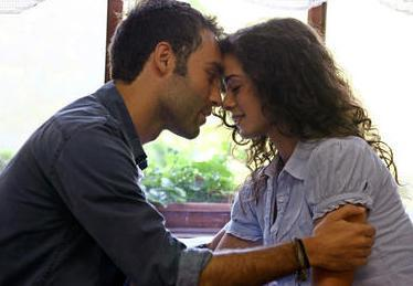 Özpirinçci'nin rol arkadaşı Seçkin Özdemir ise 1981 doğumlu.