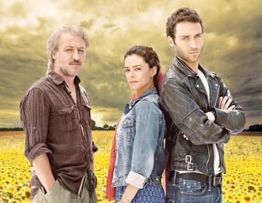 İki genç oyuncuya daha tecrübeli olan Barış Falay eşlik ediyor.