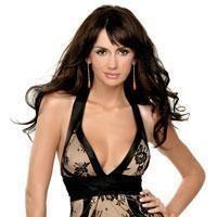 Mustafa Sandal'ın eşi Emina Türkcan ile İspanyol yıldız Penelope Cruz'a çok benziyor.