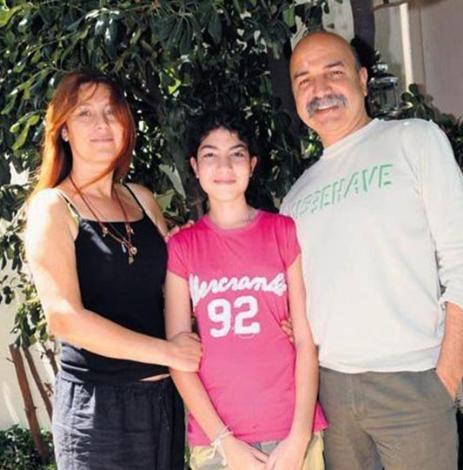 Kendisi gibi oyuncu olan Altan Gördüm ile evli olan Vahide Gördüm'ün kızının adı Gülnur Alize.