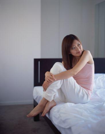 Döllenme olsa bile rahim içinin özelliklerini bozarak döllenmiş yumurtanın yerleşmesini engeller. Progesteron hormonu içeren rahim içi sistemler, ek olarak rahim ağzı kanalının salgıladığı, tıkaç görevi de gören sıvının koyulaşmasını ve kalınlaşmasını sağlayarak da spermlerin rahim içine geçmesini engellerler.  Bakırlı spiraller tipine göre 5 ila 10 yıl rahim içinde kalabilirler. Rahim içi sistemler 3 yıl süre ile koruma yapar ve kanamaların azalmasını sağlarlar. Çıkarıldığında doğurganlık geri döner.