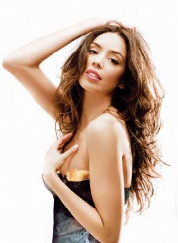 Azra Akın, 8 Aralık 1981'de Hollanda'nın Almelo kentinde doğdu. 2002 yılında Türkiye güzeli seçildi. Ardından da Miss World Dünya Güzellik Yarışması'nda birincilik tacını giydi.