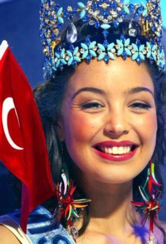 Bu taç ona şöhretin de kapılarını açtı. Mankenliğin yanısırına oyunculuk da yapan Akın, Miss World (Dünya Güzeli) unvanını 1932'de Keriman Halis'in ardından Türkiye'ye ikinci defa getiren kişi oldu.