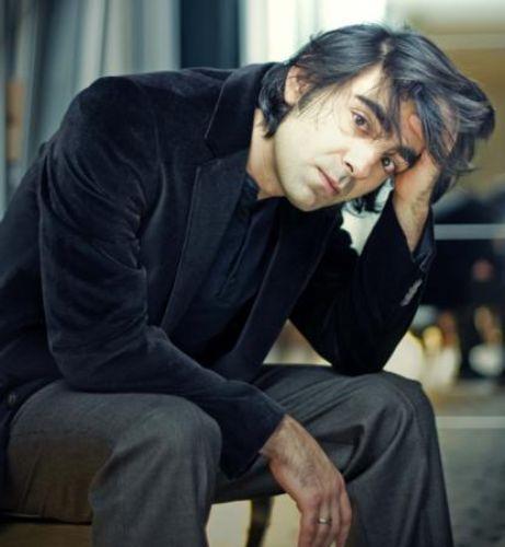 Fatih Akın, Hem Türkiye'nin hem Almanya'nın paylaşamadığı ünlü yönetmen.Bir işçi ailesinin oğlu olarak Almanya'da dünyaya gelen Akın, Cannes, Berlin gibi dünyanın en saygın film festivallerinden ödülle döndü.