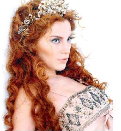 O ünlü Meyra'dan başkası değil. Ünlü şarkıcı ilk çıkışını yaptığı sırada uzun, dalgalı ve kızıl saçlarıyla dikkat çekmişti.
