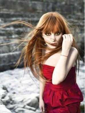 Saçlarının rengi ve boyu aynı kaldı ama şekli değişti zaman içinde.