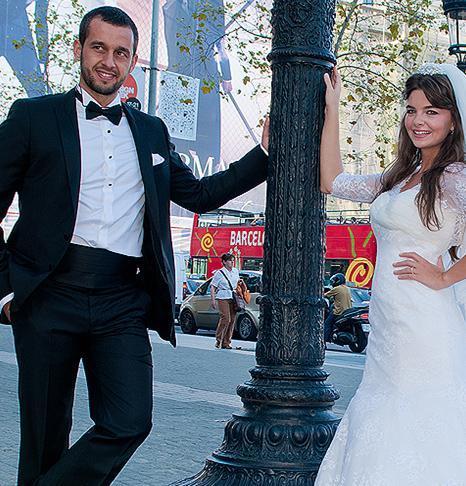 Kavak yelleri dizisiyle ünlenen Karahan, spor hocası Erdinç Bekrioğlu ile Barcelona'da evlendi.