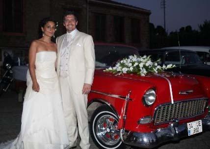 Törene antika bir araba ile giden çifti mutlu günlerinde Horozoğlu'nun dizideki rol arkadayları da yalnız bırakmadı.