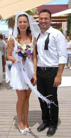 Çifti düğünlerinde ailelerinin yanısıra ünlü arkadaşları da yalnız bırakmadı.