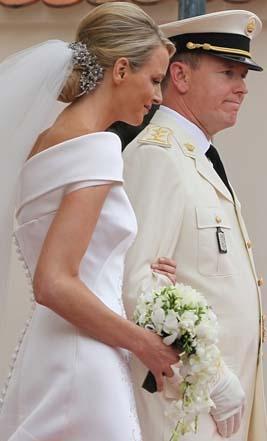 Ancak Prens'in evlilik dışı çocukları yüzünden gelinin üç kez kaçmaya teşebbüs ettiği haberleri düğüne gölge düşürdü.