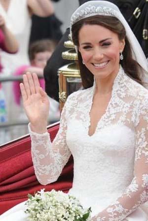 Middleton'ın çok merak edilen gelinliğinin taklitleri daha düğünün ertesi günü vitrinleri süslemeye başladı.