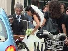 Nikah sırasında basından köşe bucak kaçan Büyüküstün ve Saylak'ın nikah fotoğrafları da ilk olarak Paris'teki Türklerin hazırladığı bir magazin sitesinde yayınlandı.