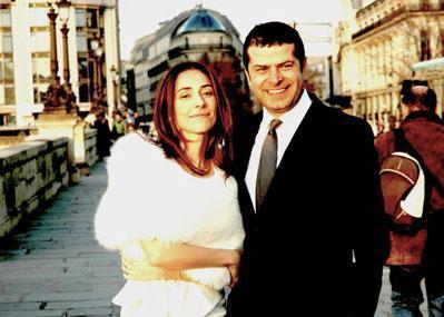 Gazeteci Cüneyt Özdemir de yurt dışında evlenmeyi seçen ünlülerden.