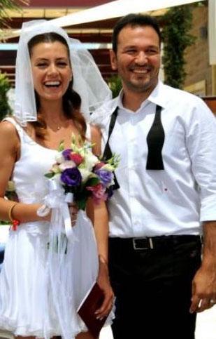 Ali Sunal ile Gökçe Bahadır hem Türkiye'de hem yurt dışında evlendi. Ünlü çift nikahlarını Bodrum'da kıydı.