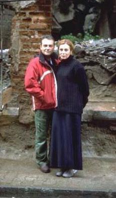 Çift uzun süre birlikte yaşadıktan sonra Londra'da iki gün içinde evlendi. Nikaha Olcay'ın ilk evliliğinden olan kızı Ceren de katıldı.