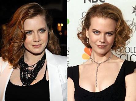 Amy Adams (solda) Nicole Kidman'a kız kardeşi Antonia'dan daha çok benziyor.