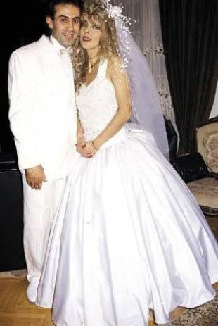 Oyuncu Ahu Tuğba, 1991'de, Fransız Pascal Levaseu'la Paris'te lüks bir lokantada tanıştı ve kısa süre sonra evlendi. Çift bir yıl evli kaldı.