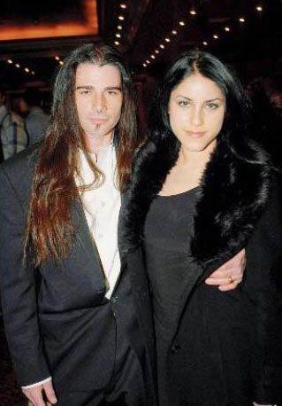 Cihan Ünal'ın kızı olan Irmak Ünal, Amerikalı DJ Taj Valdespino ile Amerika'da evlendi.