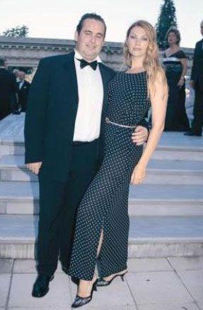 Cemiyet hayatının ünlülerinden Eren Mengi de yabancı eş tercih edenlerden. Mengi'nin eşi Ella Rus.