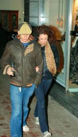 Sezen Aksu'nun oğlu Mithatcan Özer de bir süre şarkıcı Noella ile birlikteydi.   Kaynak: Hürriyet