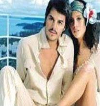 Yakışıklı aktör Mehmet Günsür, İtalyan sevgilisiyle evlenerek hayranlarını hayal kırıklığına uğrattı.