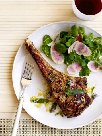 Kurban Bayramı'nda sağlığınızı korumanız, kilo kontrolünüzü elinizde tutup şişmanlamamak için alınabilecek önlemleri iç hastalıkları uzmanı Dr Ayça Kaya anlattı:  Koyun etini yağlı kısmını ayırarak tüketin.  Koyun eti daha yağlı olduğu için, yüksek kolesterol, kalp-damar hastalığı olanlar daha az yağlı olan dana etini tercih etmeliler. Koyun eti tüketlecek ise yağlı kısımları iyice ayıklanmalıdır. Biz genelde et tüketimi için danayı tercih ediyoruz çünkü dana eti daha az yağlı bir ettir, sindirimi daha kolaydır. Özellikle çocuklara hazım açısından dana eti yedirilmesi daha iyi olur.