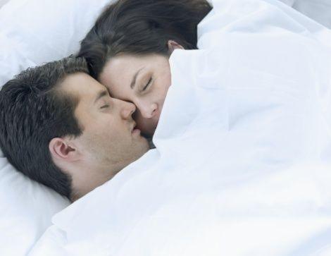 Cinsellik beyinde endorfin üretimini arttırır. Bu kimyasal molekül, dopamin ve serotininle birlikte zevk hormonları olarak sakinlik verir tatmin hisleri yaratır.   Cinsel ilişki keyif maddesidir; Endorfin, serotonin ve dopamin coşku yaratır.