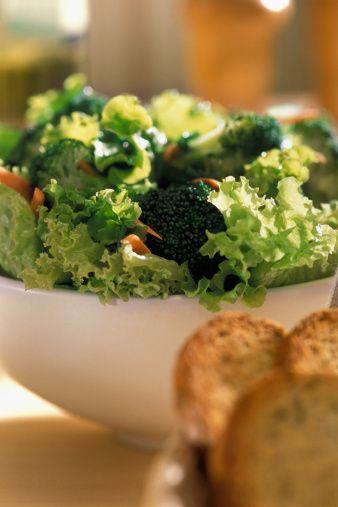 Selenyum  Balık, tam tahıllar, brokoli, lahana, kereviz, salatalık, soğan, turp,  sarımsak,  mantar, yumurta, ay çekirdeği  selenyum  bakımından  zengin.