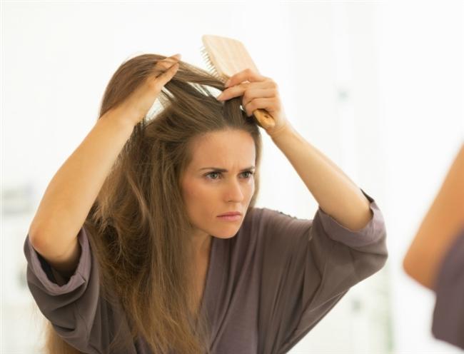 """Günlük 50-200 tel  dökülmesi normal. Ancak bundan fazla dökülme, beslenme düzeninizde bir şeylerin ters gittiğinin göstergesidir.  Saç, yüzümüzün en önemli aksesuarlarından biri. Kozmetik firmaları, tip ve cinsiyete göre saç sorunları için çok detaylı ürünler pazarlıyor. Ancak saç sağlığı sadece dışarıdan bakımla olmuyor, içten bakım için de doğru beslenme şart!  <a href=  http://foto.mahmure.com/saglik/b12-acisindan-zengin-besinler_13887 style=""""color:red; font:bold 11pt arial; text-decoration:none;""""  target=""""_blank""""> B12 Açısından Zengin Besinler"""