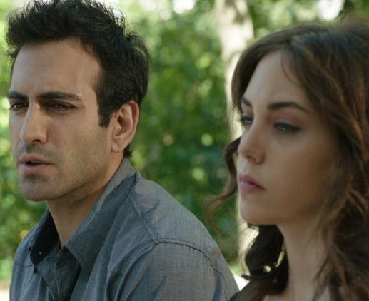 Buğra Gülsoy'un Kuzey Güney dizisinde oynadığı Güney karakteri Öykü Karaye'İn canlandırdığı Cemre'ye aşık. Hatta onunla sözlenmişti bile.