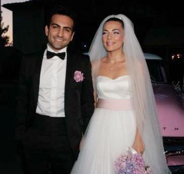 Gülsoy gerçek hayatta Burcu Kara ile evli. Birbirlerine aşık olan çift kısa sürede evlenme kararı aldı.