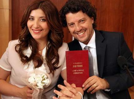Bizim Yenge dizisinin aşıkları Filiz ile Bahri'yi Şebnem Bozoklu ile İlker Aksum canlandırıyor.