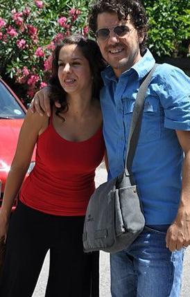 Aksum gerçek hayatta oyuncu Belgin Aksum ile evli.