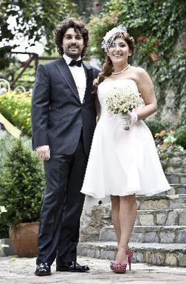 Bozoklu da iç mimar Emre İzer ile evli.