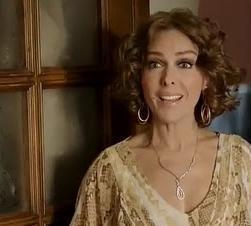 Kuzey Güney'de Cemre'nin annesini Zerrin Tekindor canlandırıyor. Dizide kızını yalnız büyütüyor Tekindor'un oynadığı karakter.
