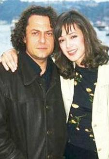 Yıldırımlar'ın gerçek hayattaki eşi aktör ve yönetmen Bülent Emin Yarar.