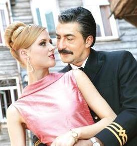 Öyle Bir Geçer Zaman ki'de Erdal Petekkaya'nın oynadığı Ali Kaptan, Caroline için eşi Cemile'yi ve çocuklarını terk etti.
