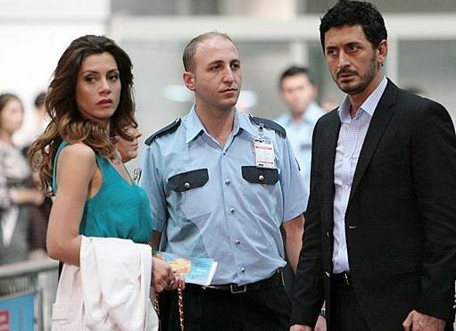 Dizide Yeşilçay'ın oynadığı karakterin eski eşini Murat Han, onun ikinci eşini de Gökçe Bahadır canlandırıyor.