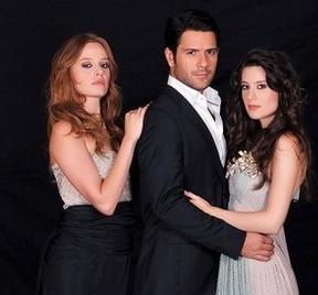 Ay Tutulması'nda Kenan Ece'nin oynadığı karakter iki kız kardeş arasında kalıyor.
