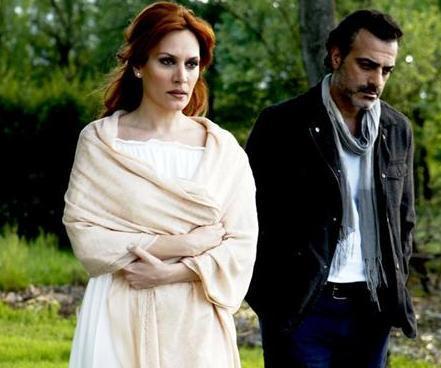 Kalbim Seni Seçti dizisinde, Ebru Cündübeyoğlu, Sermiyan Midyat'ın oynadığı karakterle evlenip ayrılmış ama hala ona aşık.