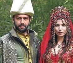 Okan Yalabık, Muhteşem Yüzyıl dizisinde Pargalı İbrahim'i oynuyor. Aktör dizide Selma Ergeç'in canlandırdığı Hatice Sultan ie evlendi.