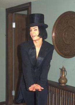 Televizyon ekranlarının çok sevilen ilk kötü kadın karakterlerinden birini Kara Melek adlı dizide Sanem Çelik canlandırdı. Öyle ki Çelik uzun süre bir çok kişinin belleğinde bu dizideki Yasemin Saylan karakteri olarak kaldı.