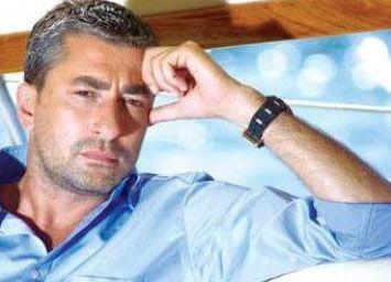 Fena yakalandılar   Oyuncu Erkan Petekkaya, daha önce Kaya Çilingiroğlu'yla da 'minder güreşi' yaparken kameralara yakalanan Sinem Erülgen'la gece vakti Emirgan iskelesinde sobelenmişti.