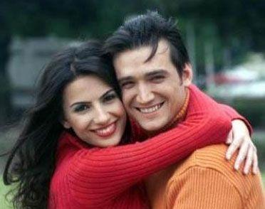 Ak ve İpek'in evliliği çatırdamaya başladı. Olay magazin gündeminde uzun süre yer aldı.