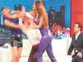 """Hande Ataizi ve Cem Davran'ın sunduğu TV programında """"Ne dedin sen"""" diyerek Ataizi'ni tokatlaması yıllarca unutulmadı."""