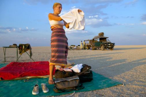 Yanınızda yedek giysiler bulundurun: Kusma, terleme, kirletme gibi durumlar için elinizin altında yedek giysilerin yanı sıra ıslak mendil ve ağzı kapanabilen torbalar bulundurun.