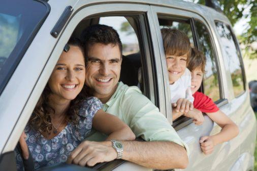 Mola verin: 2-3 saatte bir mutlaka mola verin ve yol boyunca ara ara arabanızın camını açarak temiz hava alın. Temiz hava almadan yola devam etmeniz şöför koltuğunda uyumanıza yol açabilir.
