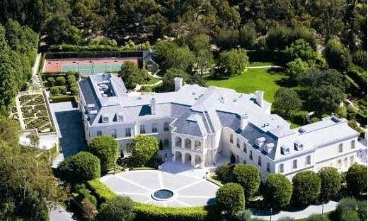 İşadamı Petra için Holywood'un ünlü yapımcısı Aaron Spelling'in eşi Candy'nin satışa çıkardığı Hollywood'un en pahalı evini 150 milyon dolar vererek satın aldı. Üstelik evin yeniden dekorasyonu için harcanan para bunun dışında.   Ecclestone ailesinin serveti 4 milyar dolar civarında.